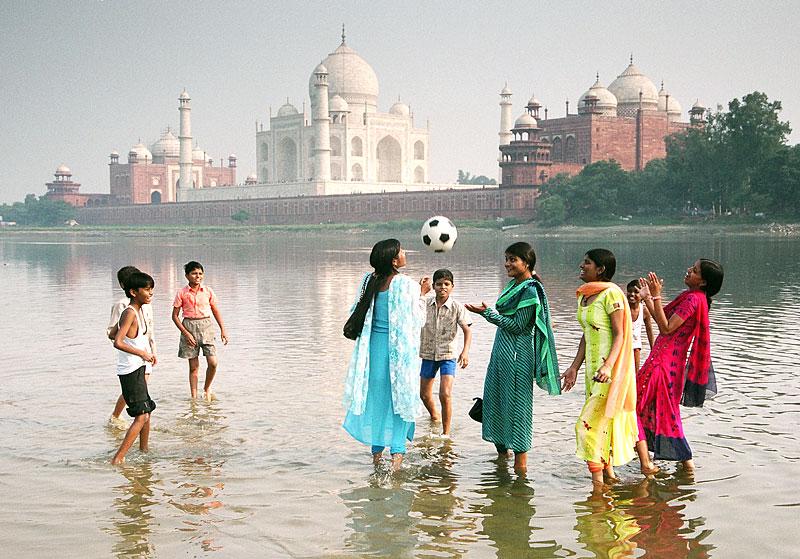 Ballspiel vor dem Taj Mahal (Foto: Koscusko | Dreamstime.com)