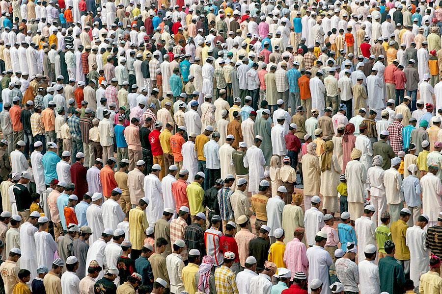 Muslimische Gläubige beten vor einer Moschee am Taj Mahal (Foto: Jeremy Richards | Dreamstime)
