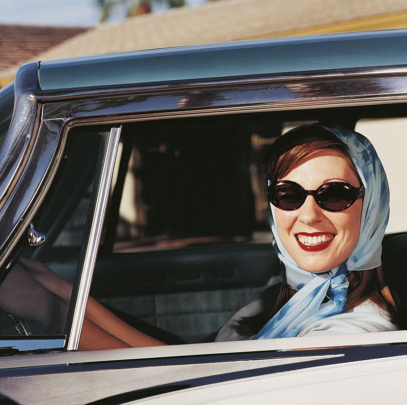 Frau mit Kopftuch und Sonnenbrille - Retro (Foto: DigitalVision | Thinkstock)