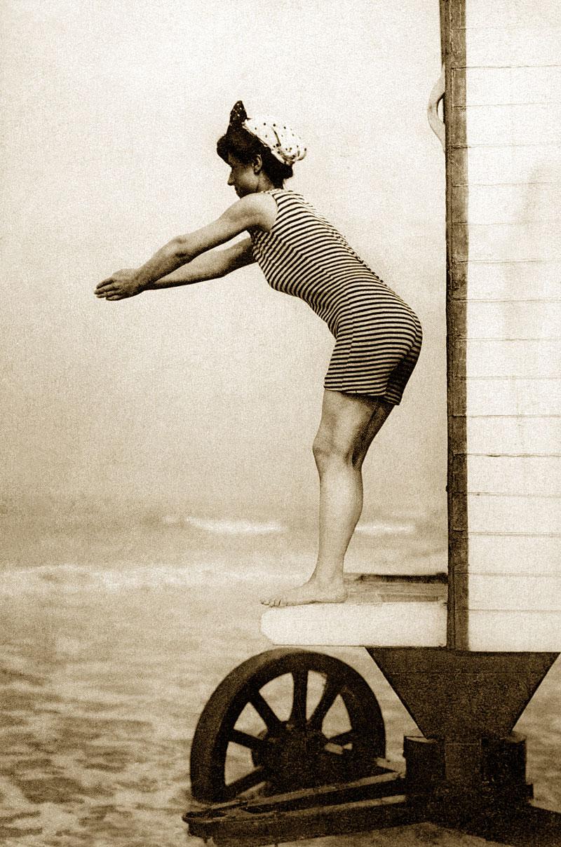 Frau mit Badeanzug springt ins Wasser (Foto: Brand X Pictures | Thinkstock)