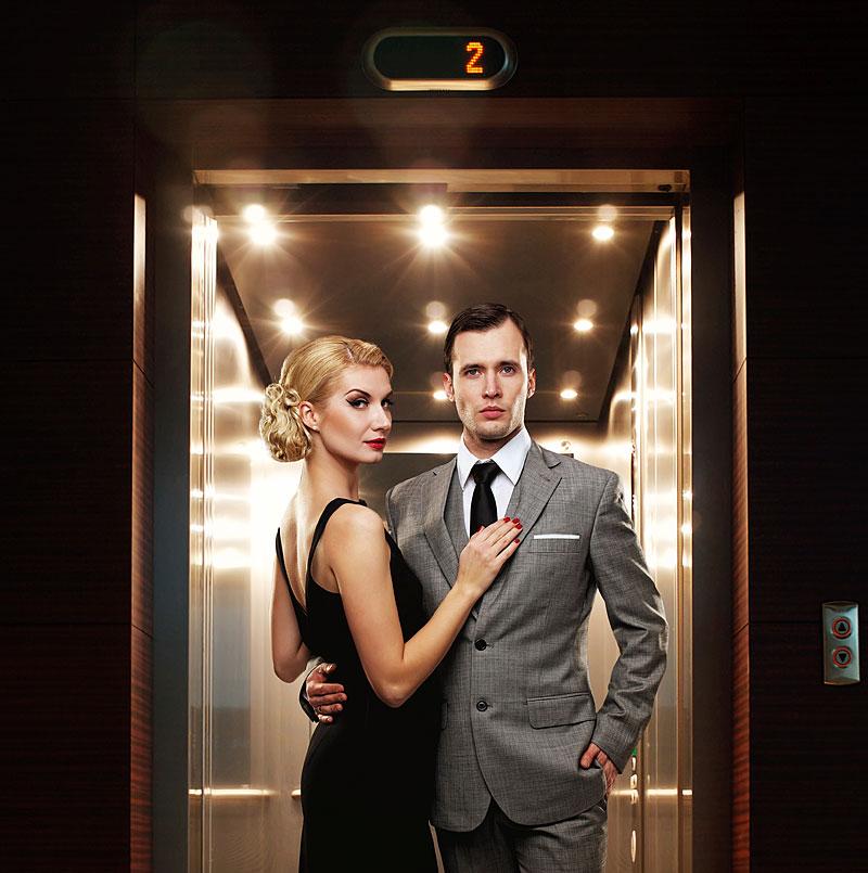 Retro - Paar im Fahrstuhl (Foto: Andrejs Pidjass | iStockphoto | Thinkstocks)