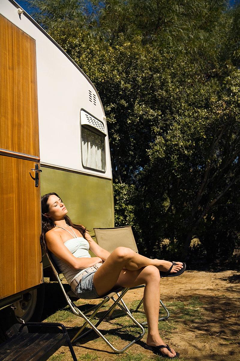Sonnenbad vor dem Wohnwagen (Foto: Fuse | Thinkstock)